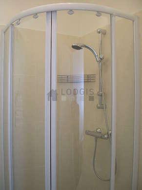 Salle de bain équipée de douche séparée, sèche cheveux