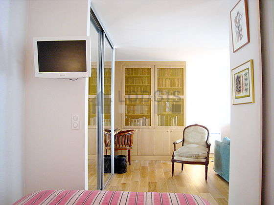 Very quiet and bright alcove equipped with 1 bed(s) of 140cm, shelves