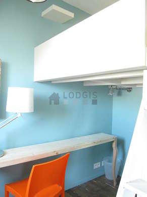 Alcôve calme et claire équipée de 1 lit(s) mezzanine de 140cm, penderie, etagère, 1 chaise(s)