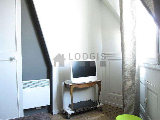 Séjour calme équipé de 1 futon(s) de 80cm, téléviseur, lecteur de dvd, placard