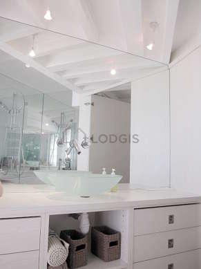 Agréable salle de bain très claire avec fenêtres et du dallage au sol