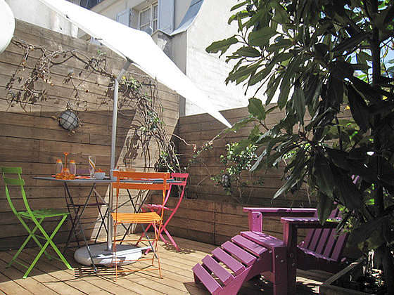 Terrasse exposée plein sud et vue sur cour