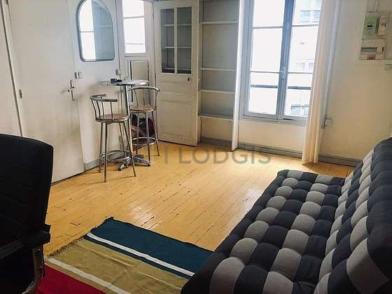 Living room of 16m² with the carpeting floor