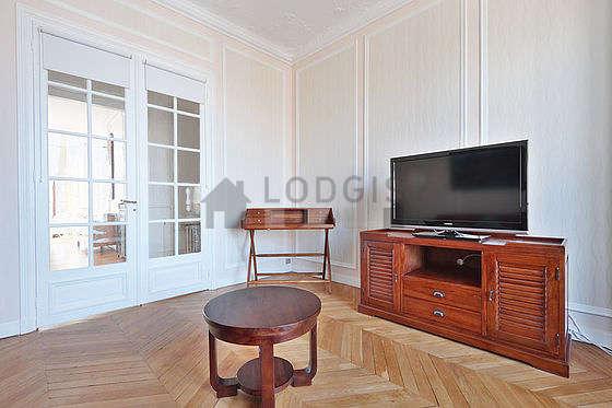 Chambre très lumineuse équipée de téléviseur, lecteur de dvd, 2 fauteuil(s)