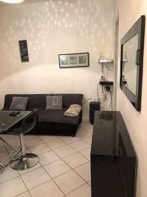 Séjour équipé de 1 canapé(s) lit(s) de 140cm, téléviseur, placard, 1 chaise(s)