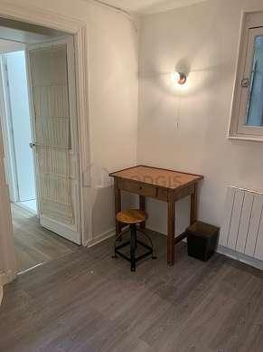 Bureau avec de la moquette au sol, équipé de etagère