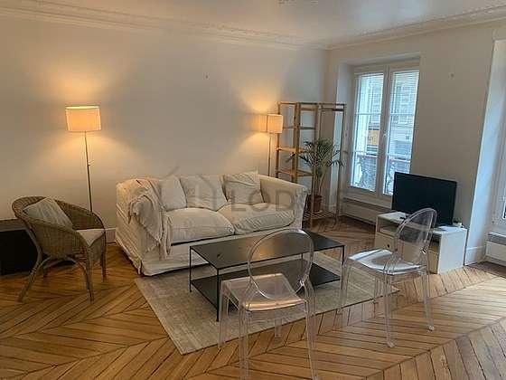 Séjour équipé de 1 canapé(s) lit(s) de 140cm, téléviseur, 1 fauteuil(s), 4 chaise(s)