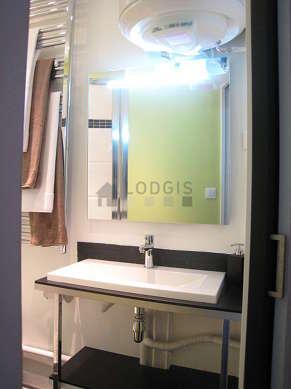 Belle salle de bain claire avec de l' ardoise au sol