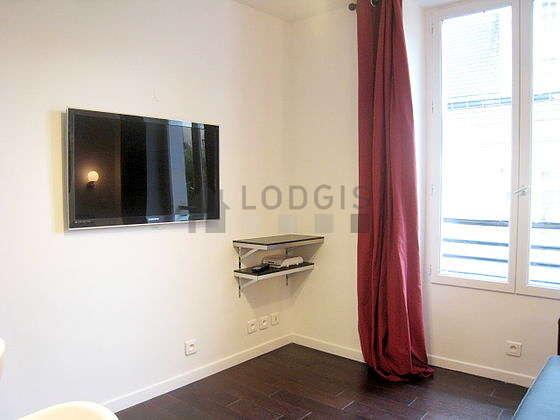 Séjour équipé de 1 canapé(s) lit(s) de 140cm, téléviseur, penderie, placard