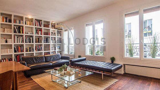 Séjour équipé de 1 canapé(s) lit(s) de 140cm, téléviseur, lecteur de dvd, 2 fauteuil(s)