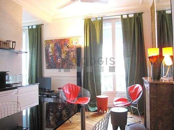 Séjour équipé de téléviseur, ventilateur, 2 fauteuil(s)
