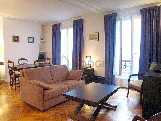 Séjour très calme équipé de 1 canapé(s) lit(s) de 130cm, téléviseur, 2 fauteuil(s), 4 chaise(s)
