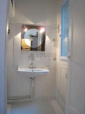Salle de bain claire avec fenêtres et du béton au sol