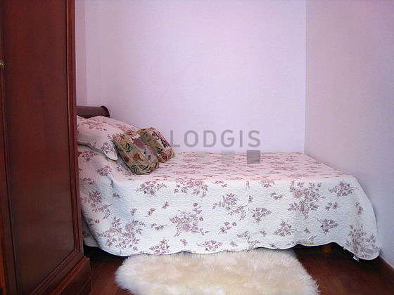 Quiet and bright alcove equipped with 1 bed(s) of 140cm, 1 armchair(s), shelves