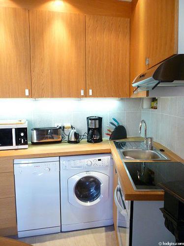 Cuisine équipée de lave linge, sèche linge, hotte, vaisselle