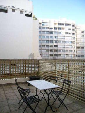 Grande terrasse très calme et très lumineuse avec du dallage au sol