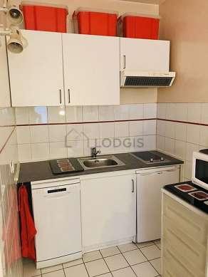 Cuisine équipée de plaques de cuisson, réfrigerateur