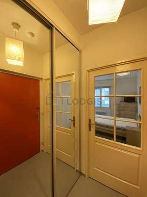 Salon de 16m² avec du béton au sol