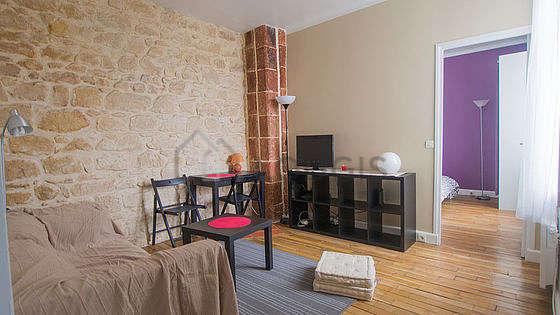 Séjour très calme équipé de 1 canapé(s) lit(s) de 140cm, téléviseur, lecteur de dvd, 2 chaise(s)