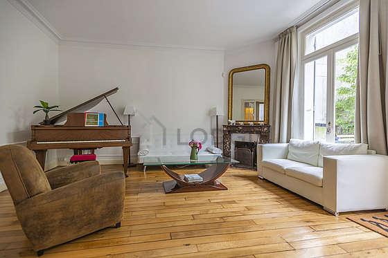Séjour calme équipé de 1 canapé(s) lit(s) de 130cm, téléviseur, lecteur de dvd, 2 fauteuil(s)