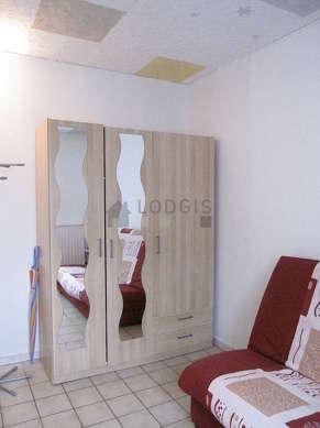 Séjour calme équipé de 1 canapé(s) lit(s) de 140cm, téléviseur, armoire, 2 chaise(s)