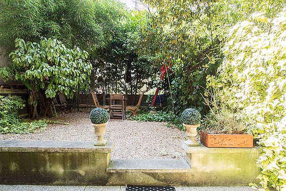 Magnifique jardin avec du graviers au sol