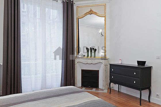 Chambre très lumineuse équipée de bureau, armoire, commode, tabouret