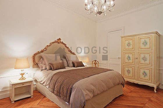 Chambre très lumineuse équipée de téléviseur, 1 fauteuil(s), 2 chaise(s)