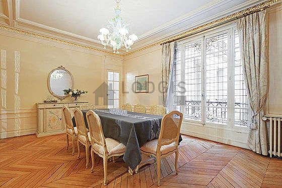 Superbe salle à manger avec du parquet au sol pouvant accueillir jusqu'à 8 convives