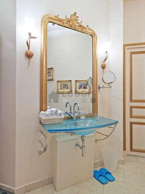 Agréable salle de bain avec fenêtres et du marbre au sol