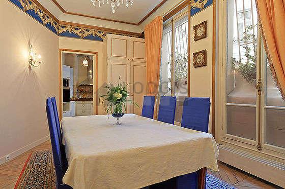 Salle à manger avec du parquet au sol pouvant accueillir jusqu'à 6 convives