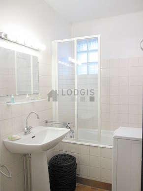 Salle de bain claire avec du carrelage au sol