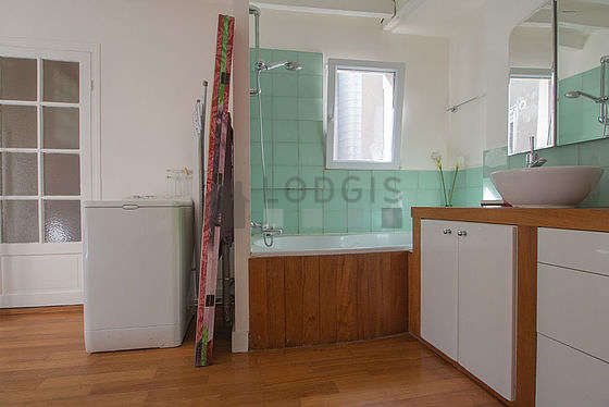 Salle de bain très claire avec fenêtres et du parquet au sol