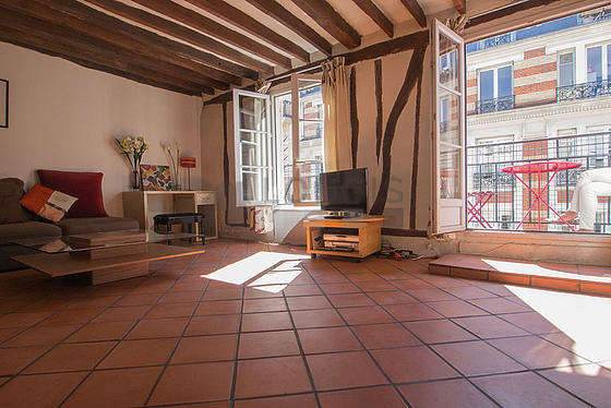 Grand salon de 20m² avec du carrelage au sol