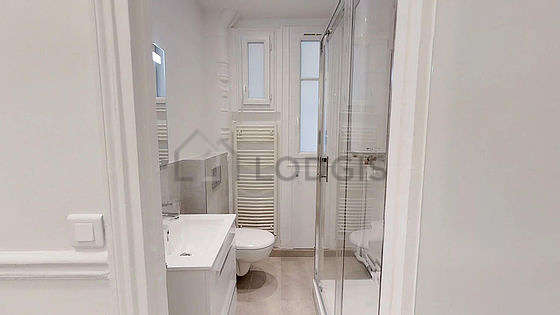 Bathroom with windows and with marble floor