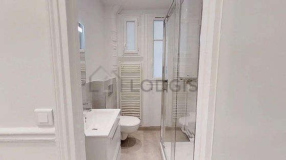 Salle de bain avec fenêtres et du marbre au sol