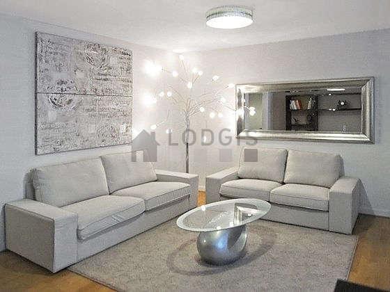 Séjour calme équipé de téléviseur, chaine hifi, placard, 4 chaise(s)