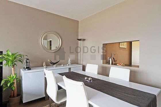 Salon très lumineux équipé de commode, 4 chaise(s)