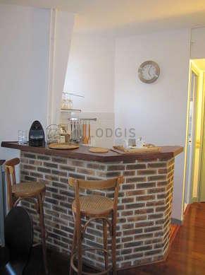 Belle cuisine de 2m²ouverte sur le séjour avec du linoleum au sol