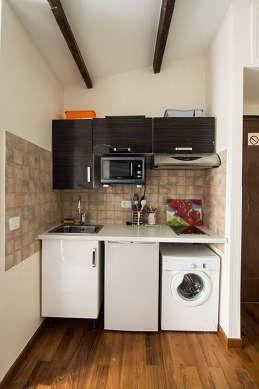 Cuisine équipée de lave linge, réfrigerateur, freezer, hotte