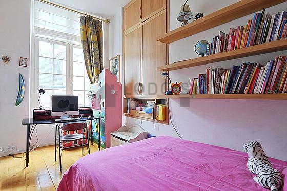 Chambre de 10m² avec du parquet au sol