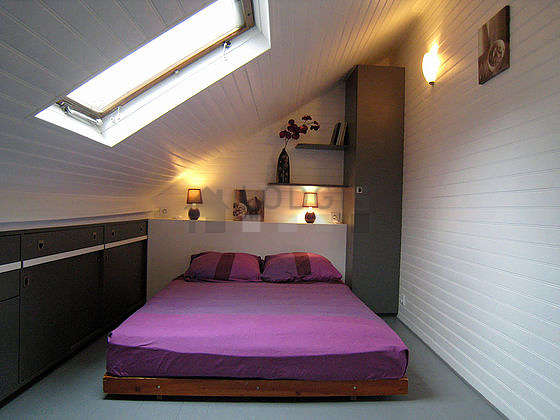 Bedroom of 9m² with wooden floor