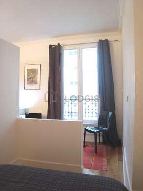Alcôve très calme et claire équipée de 1 lit(s) de 130cm, placard, 1 chaise(s)