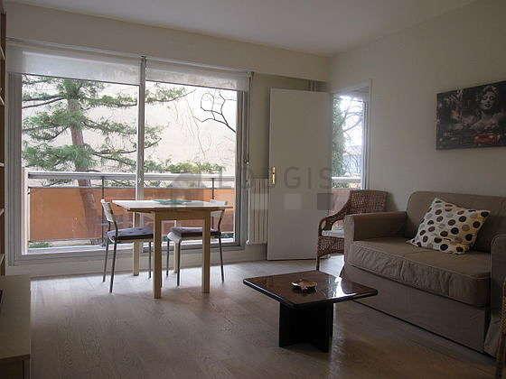 Séjour calme équipé de 1 canapé(s) lit(s) de 120cm, téléviseur, 2 fauteuil(s), 2 chaise(s)