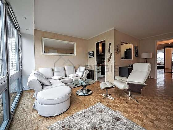 Séjour très calme équipé de 1 canapé(s) lit(s) de 140cm, téléviseur, lecteur de dvd, 8 chaise(s)