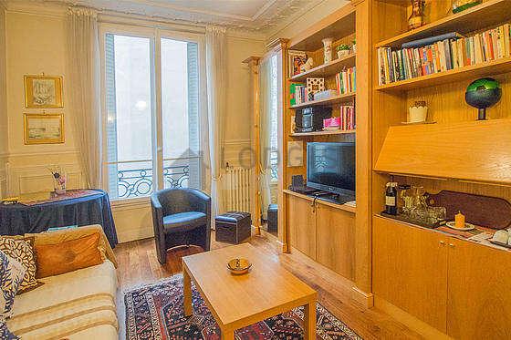 Séjour très calme équipé de 1 canapé(s) lit(s) de 120cm, téléviseur, 1 fauteuil(s), 3 chaise(s)