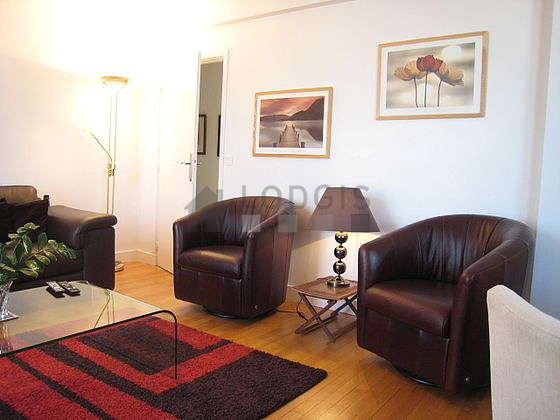 Grand salon de 24m² avec du parquet au sol