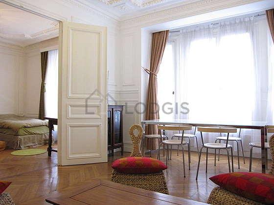 Séjour calme équipé de 1 canapé(s) lit(s) de 140cm, téléviseur, 3 fauteuil(s), 6 chaise(s)