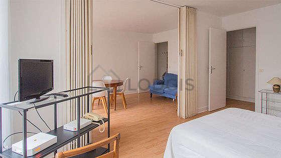 Bedroom of 14m² with wooden floor