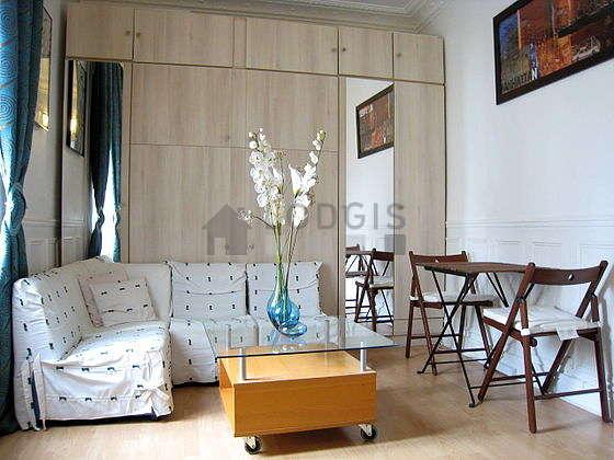 Séjour très calme équipé de 1 lit(s) armoire de 140cm, téléviseur, penderie, 2 chaise(s)